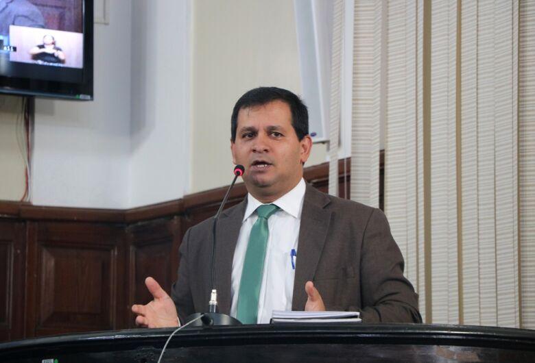 Vereador Roselei questiona Prefeitura sobre critérios para pontuação de professores por cursos