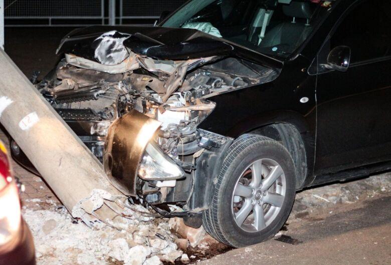 Carro bate em poste e deixa cinco feridos