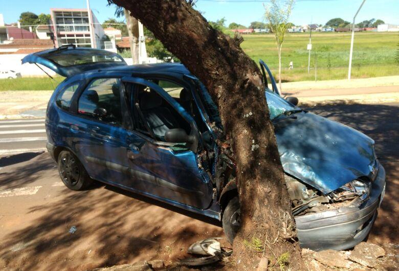 Motorista passa mal ao volante e bate carro em árvore