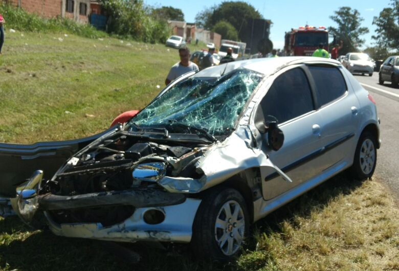 Motorista capota carro após bater em mureta na Washington Luís