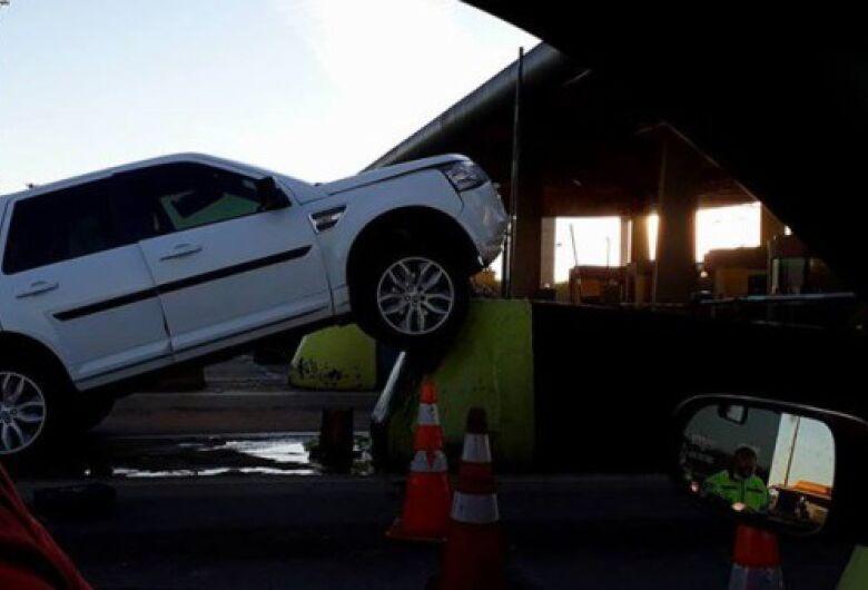 Land Rover bate contra mureta de proteção do pedágio de Leme