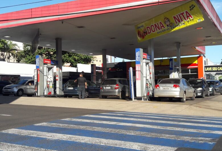 Greve dos caminhoneiros aumenta movimento nos postos e faz preços dos combustíveis subirem em SC