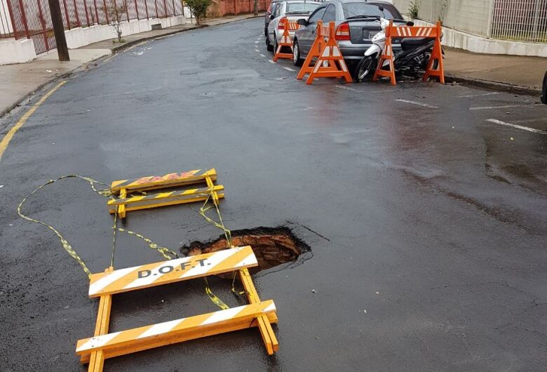 "Tampa de rede de esgoto ""some"" e trânsito fica perigoso na rua Roberto Simonsen"