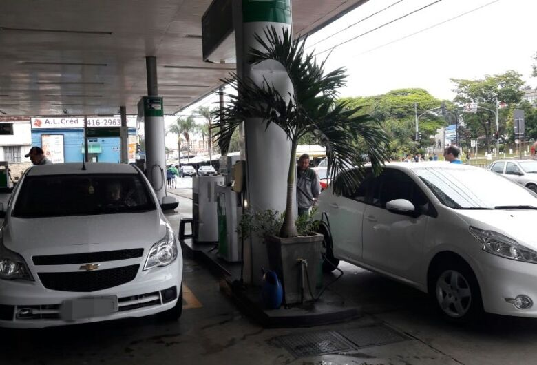 Chuva forte atrapalha e movimento para baixar preço dos combustíveis 'esfria'