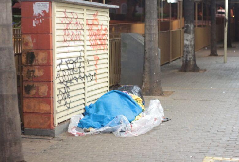 Homem dorme na rua durante a madrugada mais fria do ano