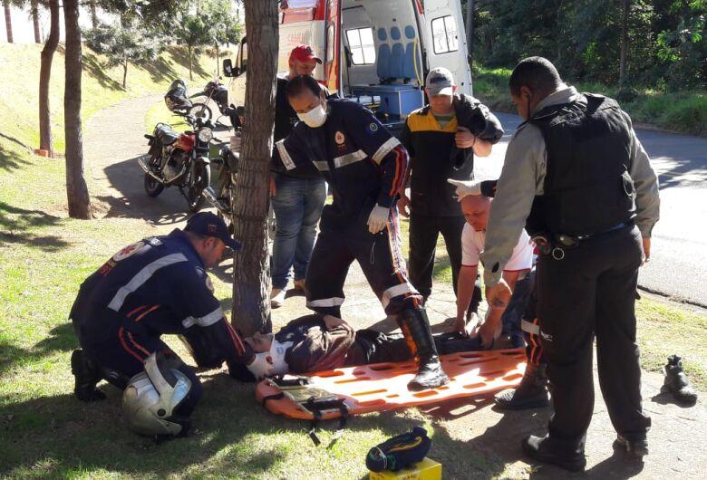 Motociclista sofre queda ao desviar de tijolo