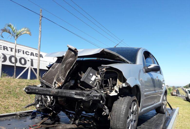 Motorista bate em defensa metálica na Washington Luis
