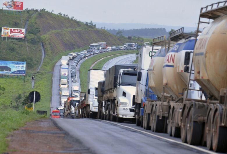 Caminhoneiros cobram do governo diesel mais barato e ameaçam greve nacional