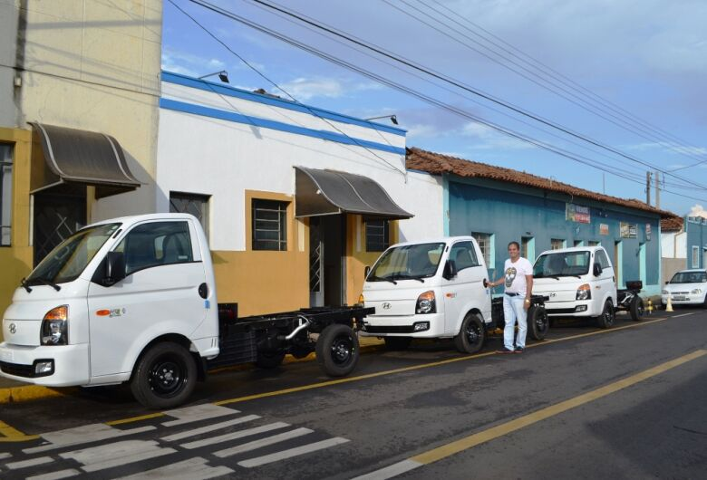 Prefeitura de Ibaté adquire caminhões para serviços públicos