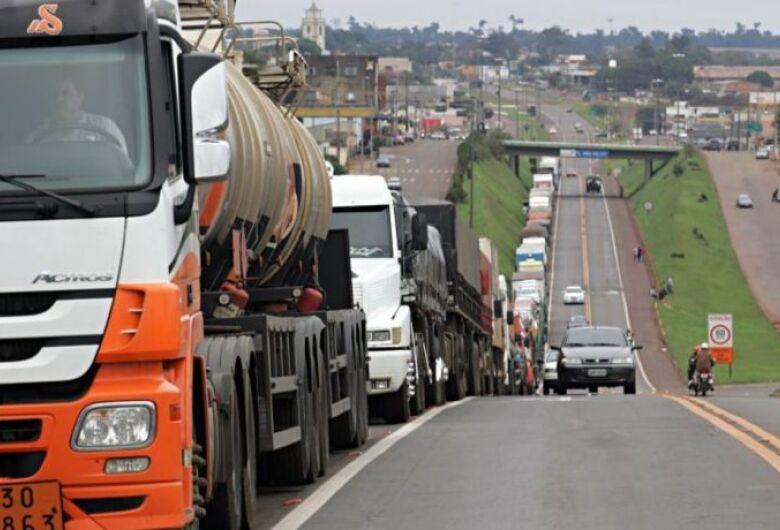 Caminhoneiros iniciam greve nesta segunda; rodovias de S. Paulo foram bloqueadas