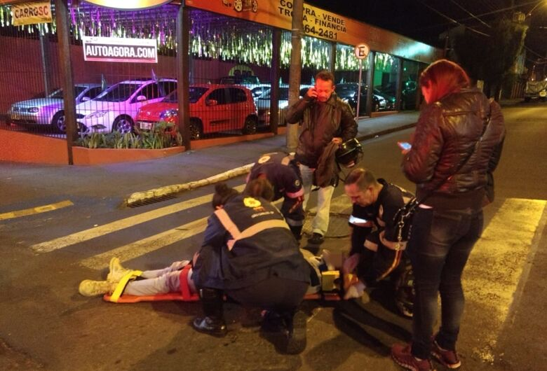 Motociclista fica ferido após tentativa de conversão