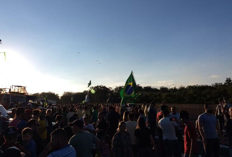 Centenas de pessoas se reúnem neste momento na Washington Luis