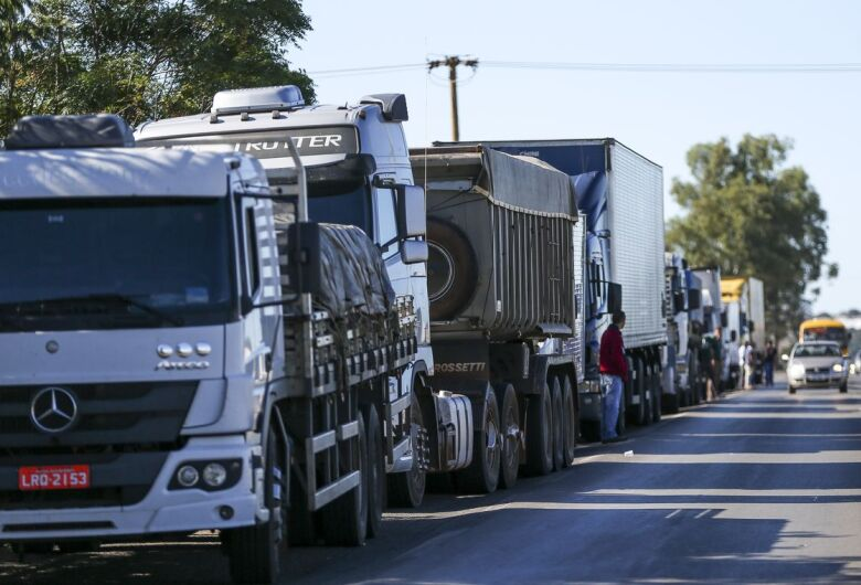 Greve de caminhoneiros autônomos é reforçada com adesão de transportadoras