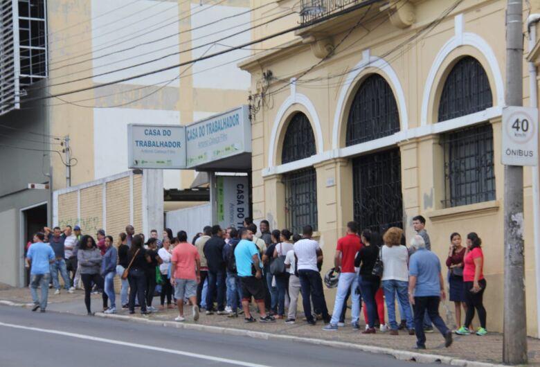 Desempregados formam fila na Casa do Trabalhador
