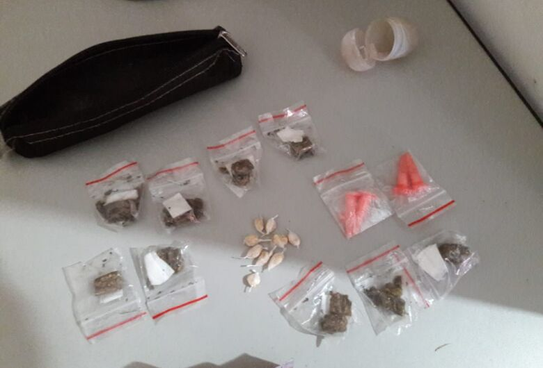Adolescente é flagrado vendendo drogas para viciado no Cidade Aracy