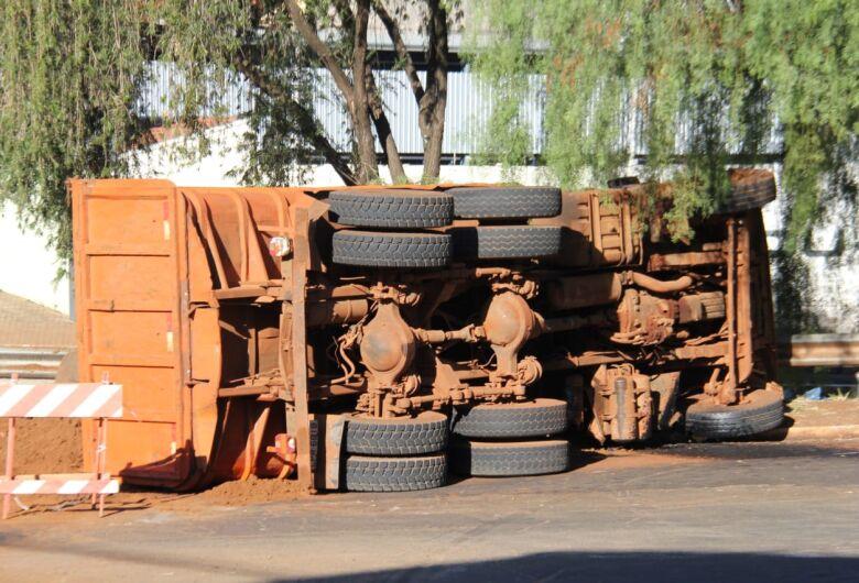 Caminhão carregado de terra tomba no Centro