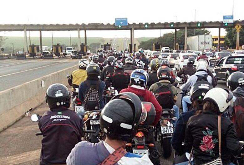 Motociclistas realizam buzinaço contra cobrança de pedágio na região