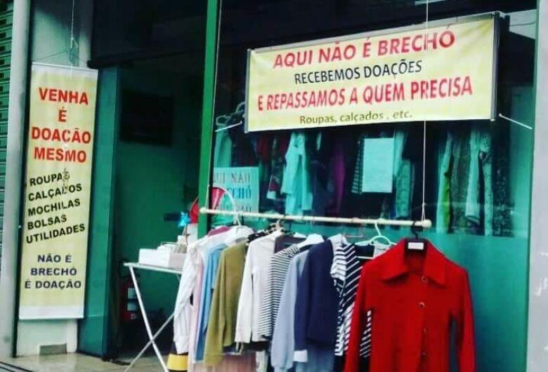 """""""Geladeira solidária"""" no Centro doa roupas de inverno para quem precisa"""