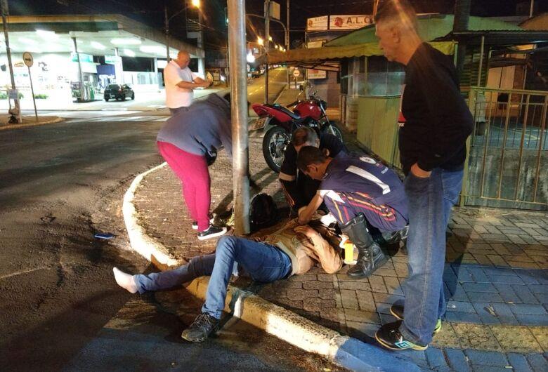 Três pessoas ficam feridas após colisão entre duas motos no Centro