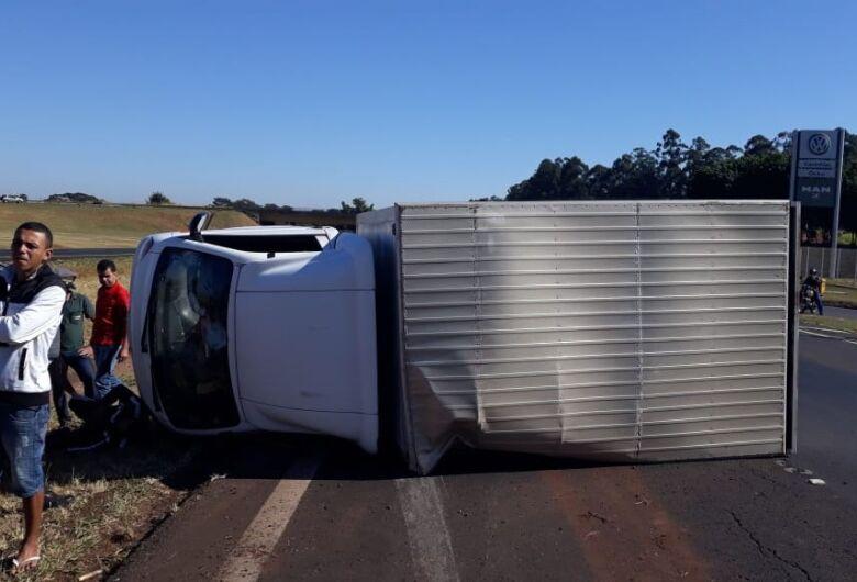 Motorista tenta 'furar' bloqueio e tomba caminhão na Washington Luís