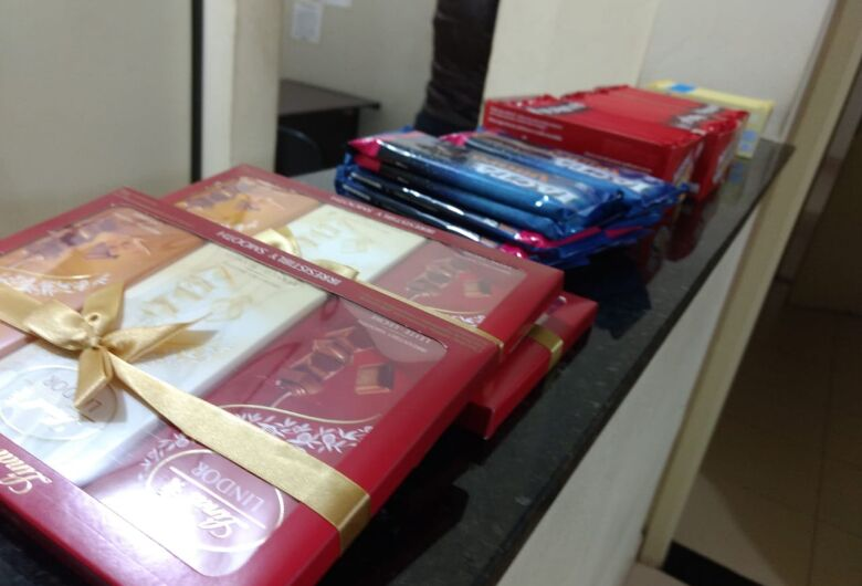 Homem é detido após furtar várias barras de chocolate em hipermercado