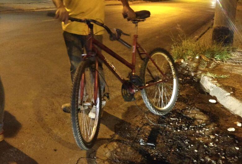 Ciclista fica ferido após ser atingido por carro na Capitão Luís Brandão