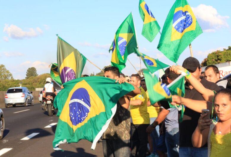 """Manifesto reúne cerca 500 pessoas que pedem intervenção militar e """"Fora Temer"""""""