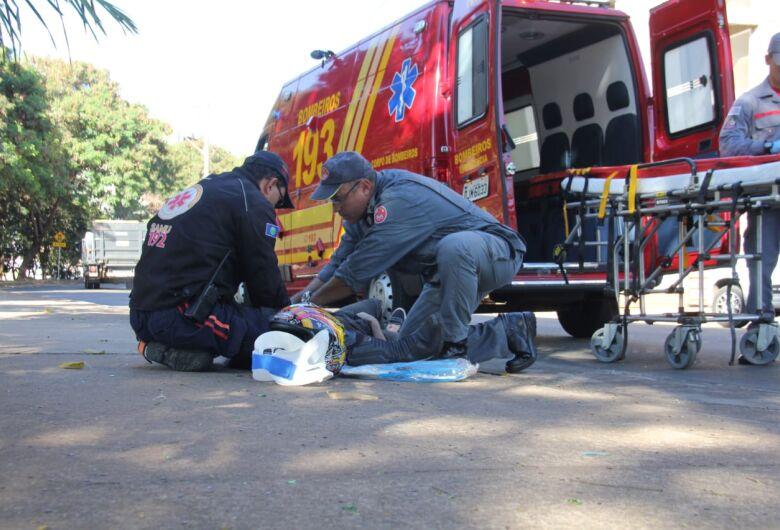 Para evitar colisão em carro, motociclista faz manobra brusca e colide em sarjeta