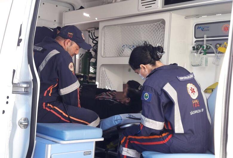 Após colisão entre carro e ônibus, passageira sofre queda e torce o braço