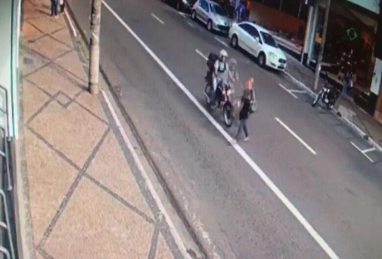 Vídeo mostra atropelamento de idosa e fuga de motociclista na avenida São Carlos