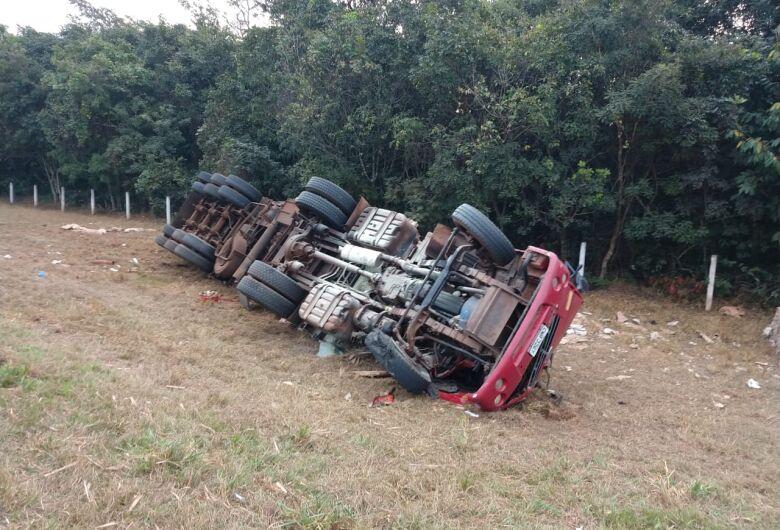 Caminhoneiro morre em acidente na SP-215