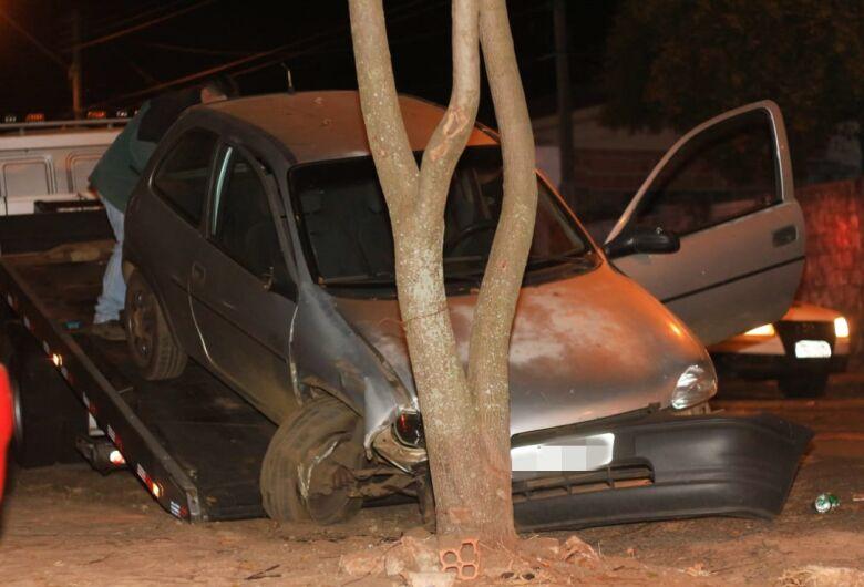 Motorista perde controle e colide em duas árvores