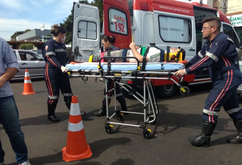 Colisão entre carro e moto deixa rapaz ferido no Jardim Lutfalla