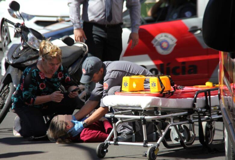 Colisão no centro deixa motociclista ferida