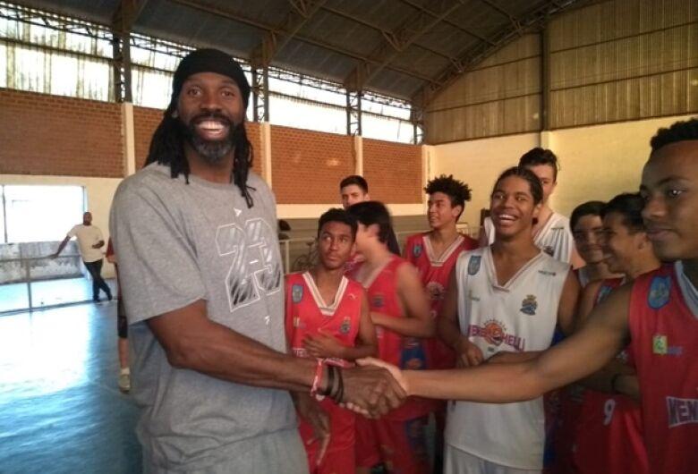 Nenê Hilário visita escola de basquete e incentiva são-carlenses a acreditar no sonho de ser atleta