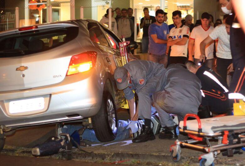 Motociclista fica preso embaixo de carro após acidente