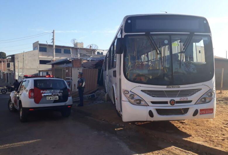 Ônibus invade casas no Cidade Aracy II