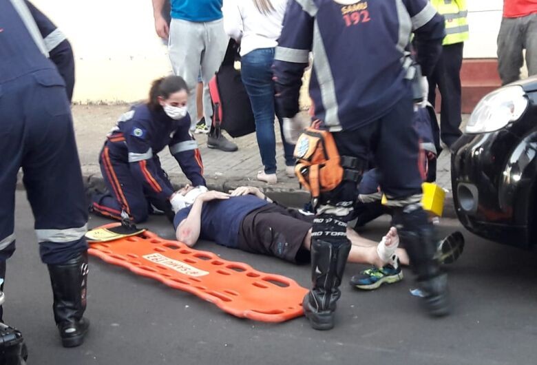 Motorista abre porta de carro e causa acidente com motociclista