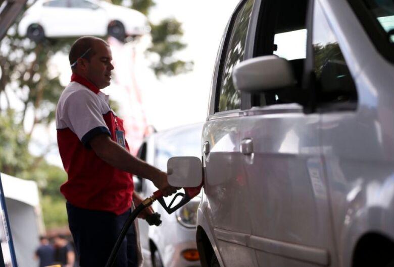 Petrobras eleva gasolina na refinaria e preço se distancia do diesel