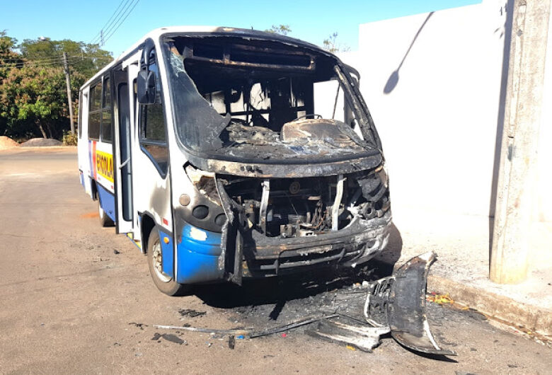 Vândalo ateia fogo em ônibus escolar em Dourado