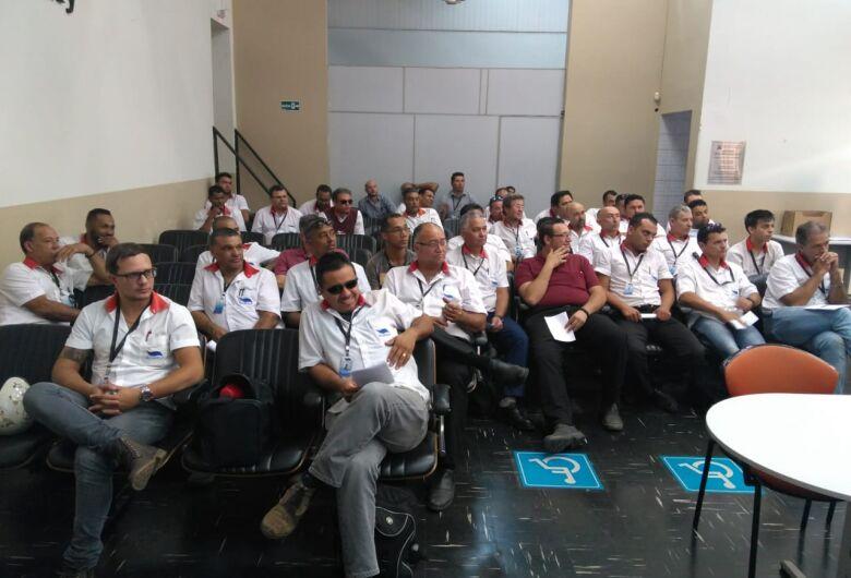 Motoristas, cobradores e fiscais da Suzantur São Carlos passam por treinamento