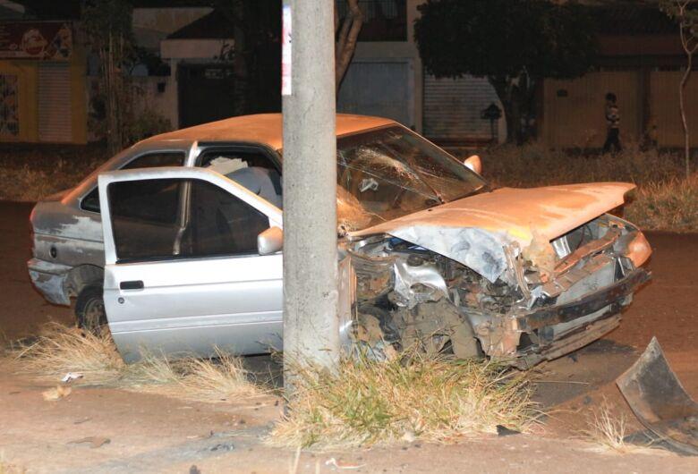 Motorista abandona carro após bater em poste