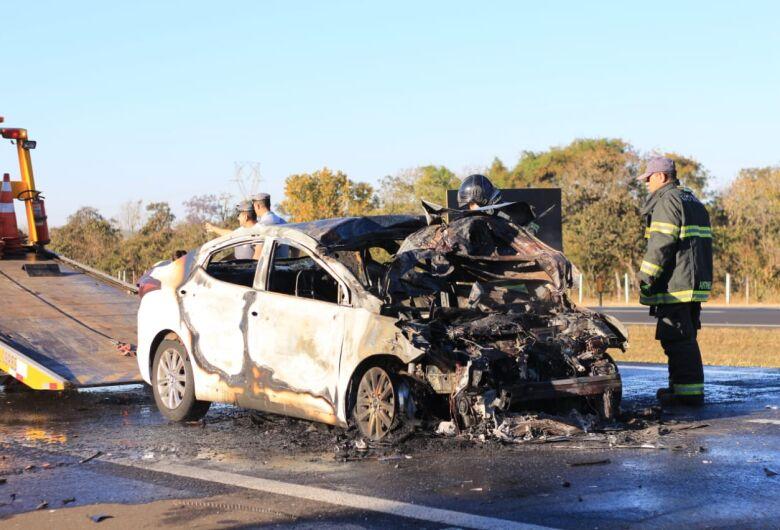 Motorista fica sem freios e bate violentamente em traseira de caminhão [vídeo]