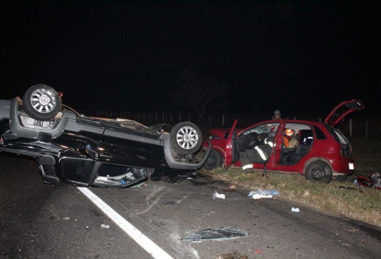 Mulher morre após violento acidente na SP-215; dois homens ficam feridos