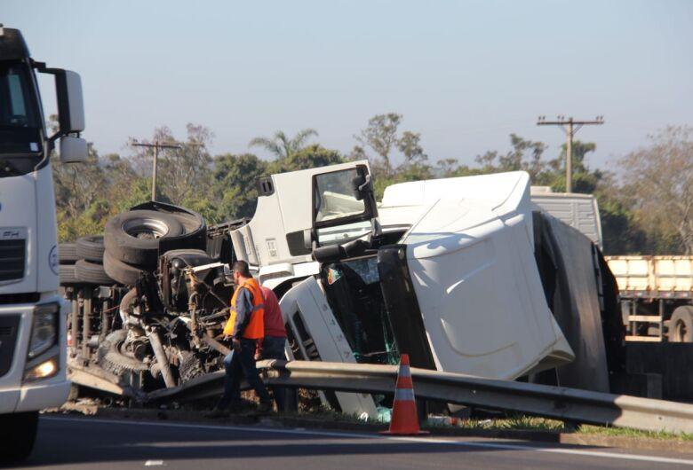 Dois caminhões e uma van se envolvem em acidente na WL em São Carlos