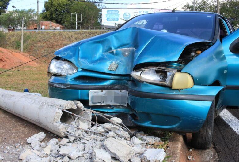Volante trava e carro colide em poste na rotatória da UFSCar