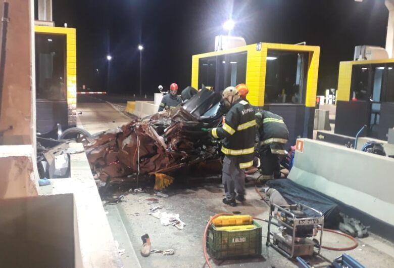Após capotar, carro atinge cabine de pedágio e mata uma pessoa; três sofrem ferimentos graves