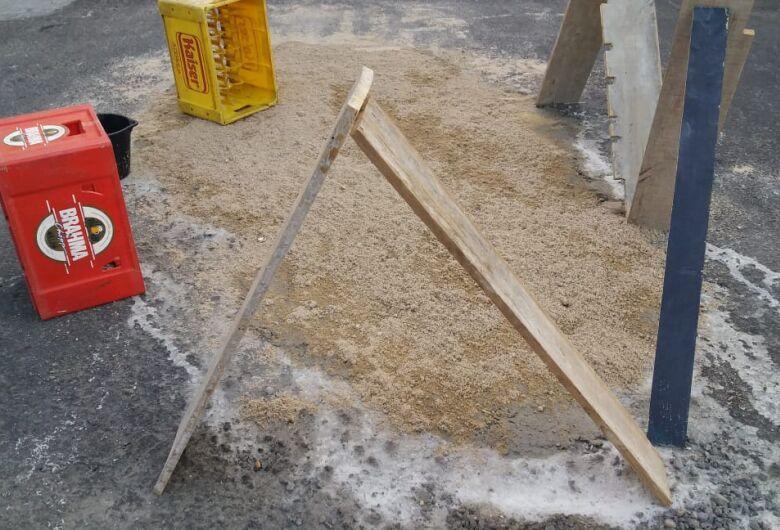 Na Vila Monteiro, população se une para tapar buracos na rua