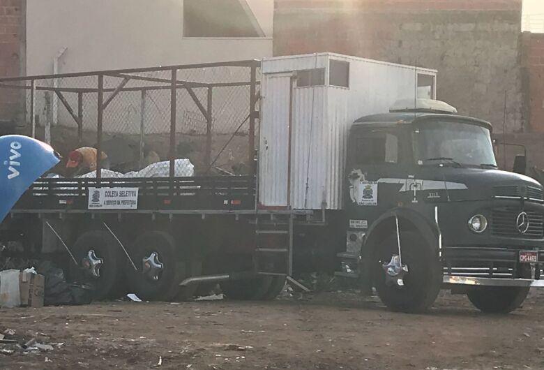 """Até caminhão da coletiva seletiva é flagrado descartando material no """"lixão"""" do São Carlos 8"""
