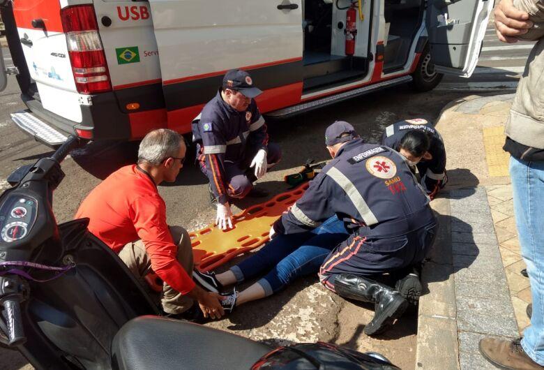 Colisão traseira entre motos na XV de Novembro deixa uma mulher ferida